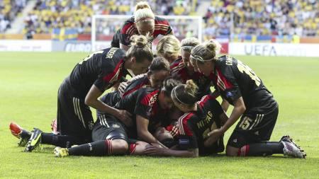 TYSK JUBEL: Tyske fotballjenter jubler etter å ha scoret mot Sverige. (Foto: Bjorn Larsson Rosvall/Ap)