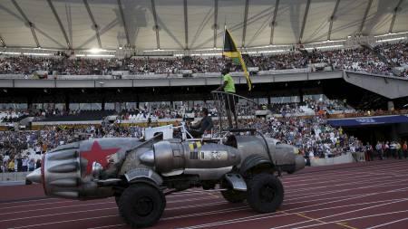 RAKETTEN: Slik ankom Usain Bolt Olympic Stadium. (Foto: ADRIAN DENNIS/Afp)