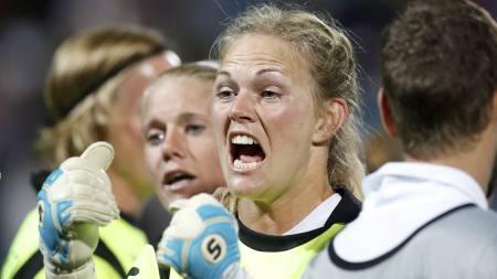 REDDET TO: Norge slo Danmark i straffesparkskonkurransen og er finaleklare. Keeper Ingrid Hjelmseth reddet to straffer. (Foto: Bendiksby, Terje/NTB scanpix)
