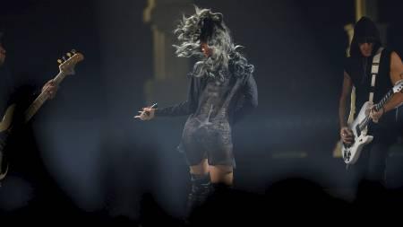 FREKT: Med delvis gjennomsiktig drakt vet Rihanna å vise seg frem. (Foto: Erlend Aas/NTB scanpix)