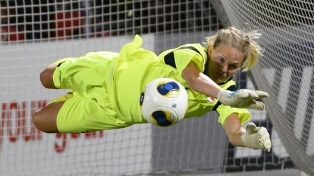 TIGERSPRANG: Ingrid Hjelmseth redder den første straffen mot Danmark. (Foto: TV 2)