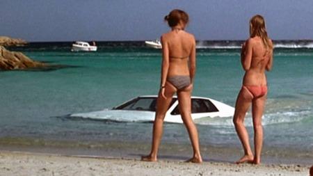 Scenen der bilen kommer opp fra havet på stranden er ett av de store øyeblikkene i James Bond-historien.
