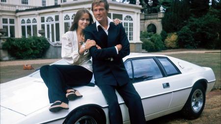 James Bond, i Roger Moores skikkelse, hadde selvsagt en flott dame med seg som co-star også i