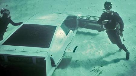 Scenene med ubåt-bilen i vannet ble filmet på Bahamas, mens kampscenene under vann ble filmet i et basseng i filmstudioet i London. Ubåt-bilen ble trolig kjørt rett til lageret i New York etter filmingen på Bahamas, og har vært der siden.