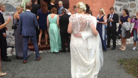 HVITE BRUDER: Begge brudene er kledd i hvitt. Hammereng i en brudekjole og høye hæler, mens Edin har på seg matchende dress og lave sko i hvitt og sølv.  (Foto: Tiril Haarsaker)
