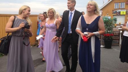 BRYLLUPSGJESTER: Her ankommer Isabel Blanco (t.v), Heidi Løke med kjæresten Bjørn V. Olsson og Cecilie Leganger Stavern, klar for lagvenninnens bryllup.  (Foto: Tiril Haarsaker)