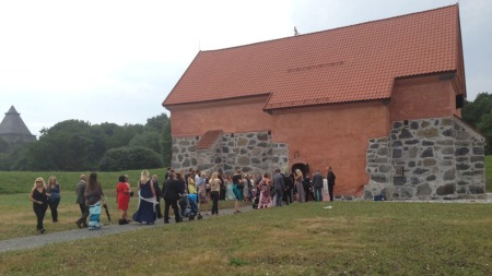 IDYLL: Bryllupsgjestene ankommer Krutthuset i Stavern der vielsen av Gro Hammerseng og Anja Edin skal foregå.  (Foto: Tiril Haarsaker)