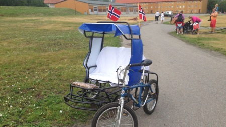 BRUDEBIL: I dette fartøyet ankom brudeparet. Edin syklet, mens Hammerseng satte i vognen.  (Foto: Tiril Haarsaker)