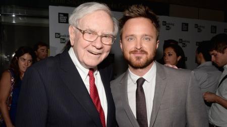 Forretningsmannen Warren Buffett med «Breaking Bad»-skuespiller Aaron Paul.