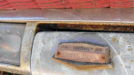 Han tok en kalkulert risiko, Daniel Deal, da han kjøpte en nederlagsdømt luksusbil fra Kaiser til prisen av en Cadillac i 1953. Noen økonomisk god handel ble det neppe, men navnet hans pryder i det minste fremdeles hanskeromslokket 60 år etter - og vil trolig gjøre det også når bilen blir restaurert og får nytt liv. (Foto: eBay.com)