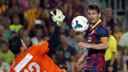 SCORET: Liones Messi åpnet mål-showet for Barcelona, som til slutt vant 8-0 mot Santos i vennskapskampen på Camp Nou. (Foto: Reuters)