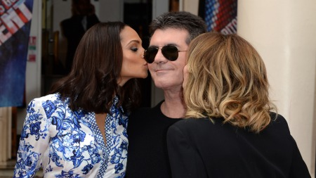 PLAYBOY: Simon Cowell med Alesha Dixon og AManda Holden i forbindelse med lanseringen av «Britains Got Talent 2013» (Foto: Doug Peters, ©Doug Peters)