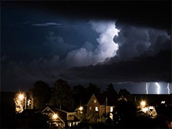 Dette bildet er tatt i Kristiansand, der det tordnet og lynte også onsdag kveld. (Foto: Stig Mosfjell)