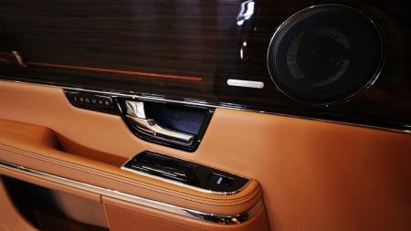 Hadde Jaguar XJ blitt produsert i like mange eksemplarer som VW Golf, ville vi kuer vært en utrydningstruet dyreart. Det er noen kvadratmeter skinn i dette interiøret . Og det er ingenting å si på finishen.