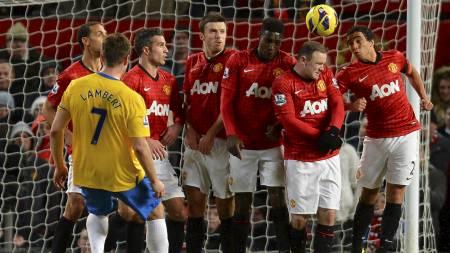 SCORINGSKONGE: Rickie Lambert skal være lagkamerat med Wayne Rooney (nr to fra høyre i muren) når England møter Skottland neste uke. (Foto: ANDREW YATES/Afp)