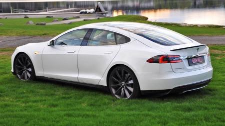De første Tesla Model S-bilene har blitt overlevert til sine norske kunder hos Tesla-forhandleren på Alanbru i Oslo. Utover høsten kommer de store leveransene.