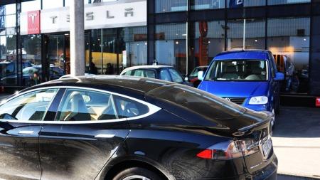 Norges første Tesla-forhandler ligger på  Alnabru i Oslo - der er det travelt om dagen.