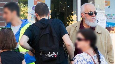 Faren til et tidligere Profetens Ummah-medlem fra Algerie sammen   med pengeinnsamlere fra Al Furqan Relief.