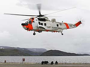Operatører fra Forsvarets spesialkommando blir satt av et Sea King-helikopter i Hammerfest under Øvelse Gemini 2011.
