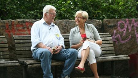 FANT TONEN: Praten gikk lett mellom Ola Høyem og Liv Signe Navarsete (Sp). (Foto: TV 2)