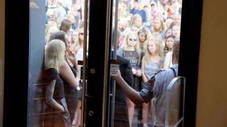 MASSIVT OPPMØTE: Flere hundre jenter, først og fremst i tenårene og tjueårene, ventet i mange timer for å få møte Ashley og Mary-Kate Olsen. (Foto: Margrethe Miljeteig)