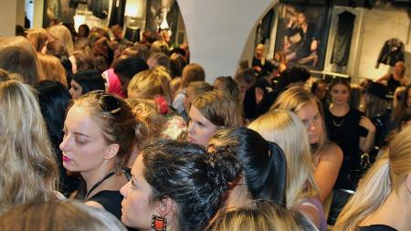 OVERFULLT: Det var stor pågang i butikklokalene da hundrevis av fans ville se de to moteikonene. (Foto: Margrethe Miljeteig)