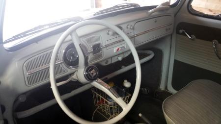 Kurver og hyller under dashboardet var populære tilbehør på 1960-tallet, og entusiaster blar gladelig opp hyggelige summer for slikt i dag. (Foto: Privat)