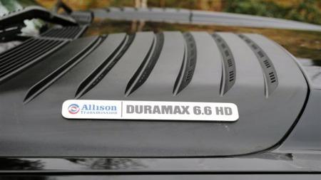 Den store 6,6 liters Duramax-dieselen har de siste årene vært oppjustert til et sted rundt 400 hester, og et moment på over 1.000 newtonmeter. Disse kreftene blir distribuert via en automatkasse fra Allison, og det markeres selvsagt på emblemene på panseret. (Foto: Privat)