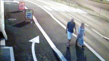 OVERVÅKINGSBILDE: Her går den drapssiktede politimannen sammen med Linn Madelen Bråthen (33), som ble funnet død ved Sandøya utenfor Brevik natt til 3. august.