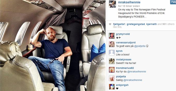 PÅ PRIVATFLY: Aksel Hennie måtte flys fra Budapest i privatjet for å rekke premieren på filmen «Pionér». Dette bildet la han ut på Instagram. (Foto: Instagram)