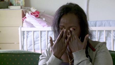 KNAKK SAMMEN: Da Trine Skei Grande sa at hun syntes Liya Wedajo hadde skapt et godt hjem for datteren på asylmottaket, knakk Wedajo sammen i gråt. (Foto: TV 2)