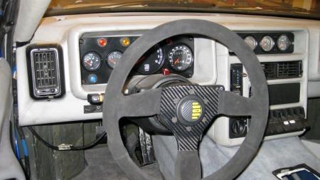 Dashboardet har trekk som man drar kjensel på fra Ford Sierra. Også noe av karosseristammen kom derfra. (Foto: Finn.no)