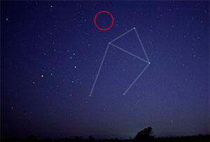 Du kan se stjernen med en vanlig kikkert. Den ligger ved stjernebildet vekten, i området som er ringet inn. (Foto: Wikipedia)