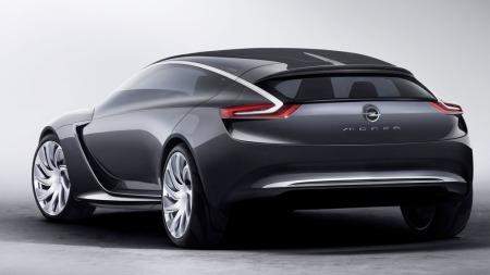 Hekken er ikke like dramatisk som resten av bilen, her er det også elementer som ganske enkelt kan bli med over i flere av Opels modeller.