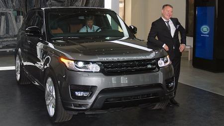 Vi kommer til å selge alle bilene vi klarer å skaffe,  sier en fornøyd Rune Pedersen i Land Rover Norge.  (Foto: Benny Christensen)