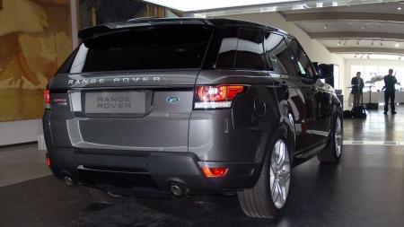 Vi kjenner igjen  designelementer fra den mindre Range Rover Evoque på den nye Range Rover Sport (Foto: Benny Christensen)