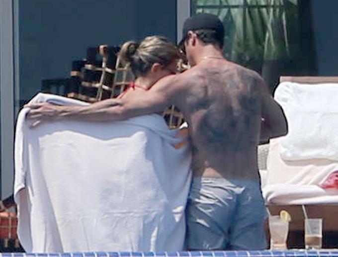 PÅ MED HÅNDKLEDET: Justin Theroux pakker inn Jennifer Aniston i et hånkle. (Foto: FAMEFLYNET)
