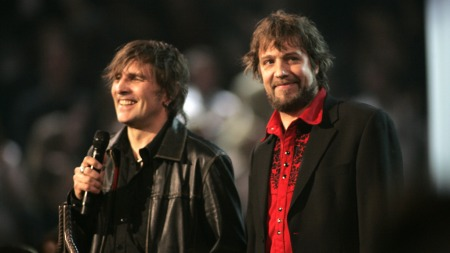 SPELLEMANN: I 2007 mottok Dum Dum Boys Spellemannprisens hederspris. Aslak Dørum på scenen med Kjartan Kristiansen. (Foto: Marius Gulliksrud, ©ps)