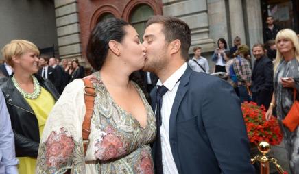 KLINTE TIL: Sara Natasha Melbye og Martin Giæver benyttet anledningen til å gi hverandre et kyss på den røde løperen. De to skal bli programlederkolleger i «Ettermiddagen». (Foto: Tor Gunnar Berland, ©ps)