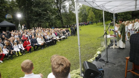 GUDSTJENESTE: Prest Gunnar Stålsett holdt gudstjenesten i Dronningparken i anledning kronprinsesse Mette-Marits 40-årsdag.  (Foto: Scanpix)