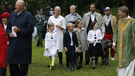 GODT SKODD: Voksne og barn hadde skodd seg fornuftig i gummistøvler for søndagens gudstjeneste i Dronningparken i Oslo.  (Foto: Scanpix)