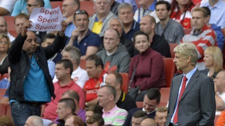 BRUK, BRUK, BRUK: Denne supporteren lar Wenger får se hva han mener. (Foto: Scanpix)