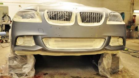 I stedet for å demontere og lakkere hele frontfangeren, blir kun det området som er skadet lakkert.