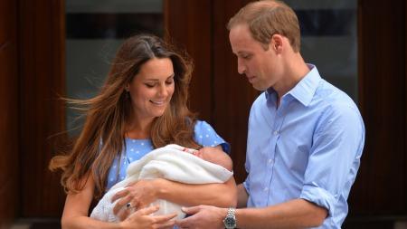 PRINCE GEORGE: To stolte foreldre utenfor sykehuset i London viser fram Prins George av Cambridge for første gang. (Foto: LEON NEAL, ©JR/dan)