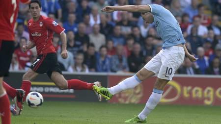 SCORET: Her scorer Dzeko for City mot Cardiff. (Foto: ANDREW YATES/Afp)