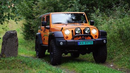 Knall oransje, høy og med gedigne hjul så ser ALLE mår denne Jeepen kommer... (Foto: Benny Christensen)