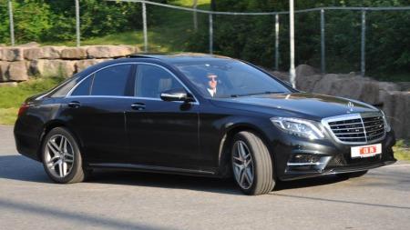 Når det kommer en slik bil kjørende med en dresskledd sjåfør bak rattet, forventer en gjerne at det gjelder ankomst av en VIP.