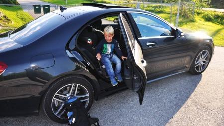 ... Eirik (5) er absolutt VIP - men kanskje ikke helt det en forventer skal komme ut av baksetet på en slik bil.