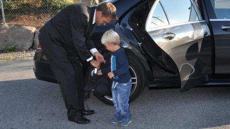 Sjåfør for anledningen (og pappa til hverdags) står klar til å hjelpe med sekken.
