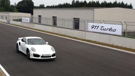 Det er en jobb det også - å teste nye Porsche 911 Turbo på bane i Tyskland. Broom-Benny koser seg stort!